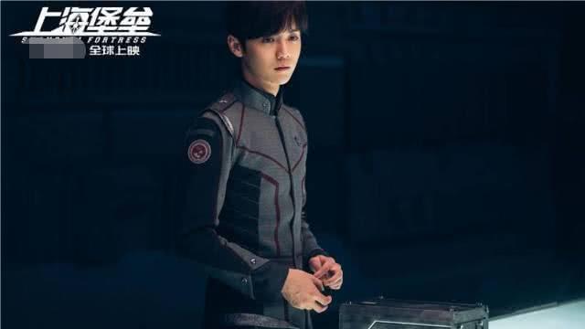 《上海堡垒》路演,鹿晗遭观众扔衣服砸脸,看到他的反应后路转粉