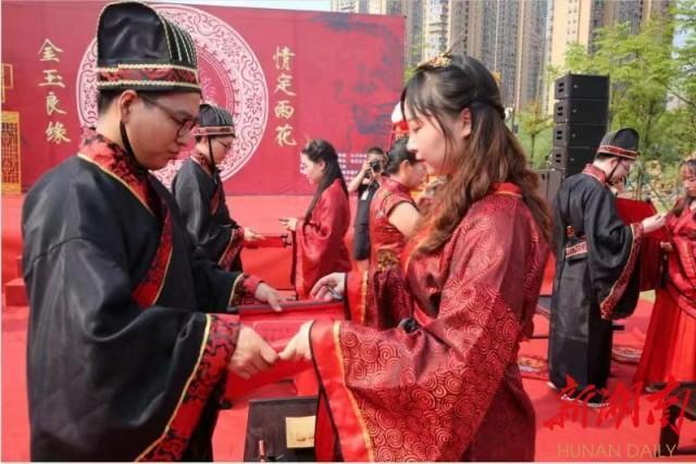 """雨花区为8对新人举办汉式集体婚礼""""零彩礼""""倡导文明新风"""