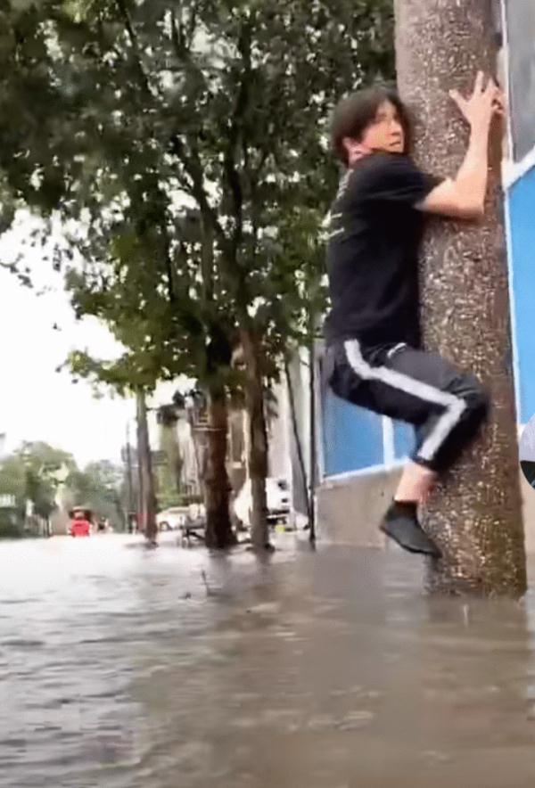 薛之谦因台风涨水被困在路边, 双手双脚紧抱柱子, 连鞋子都不见了