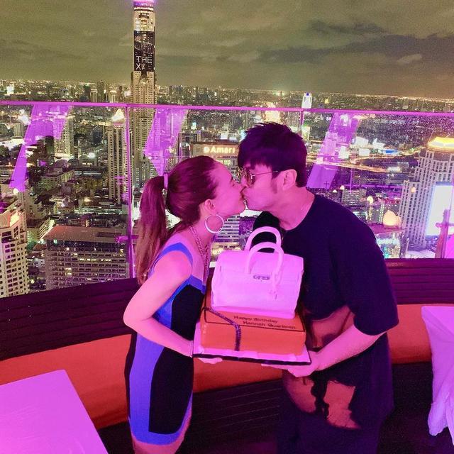 周杰伦泰国为昆凌庆生,夫妻两人手捧铂金包造型蛋糕接吻
