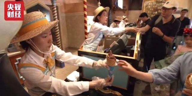 上海迪士尼翻包检查现象侵权个人隐私吗?游客和律师如此回应