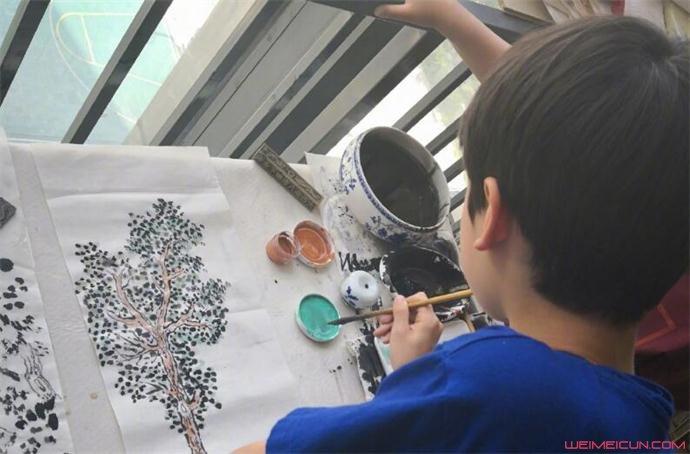 海清的儿子学习画画