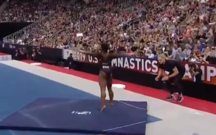 美体操名将做出逆天动作团身1080度 这个�动作到底有多难?