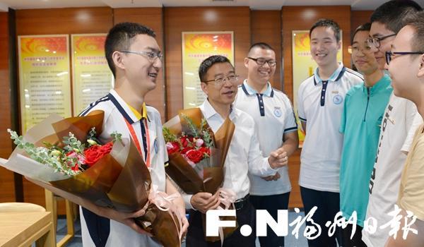 国际信息学奥赛金牌得主钟子谦载誉归来