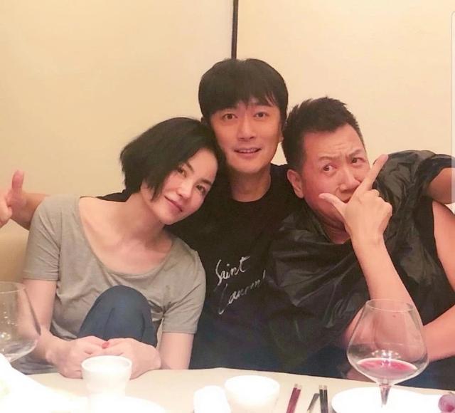缺席王菲50岁生日宴的谢霆锋,当晚赴约跟友人开心吃烤肉