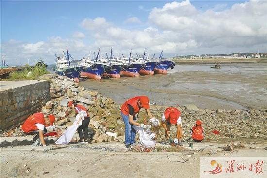 清理海灘垃圾 保護海洋環境 媽祖公益組織志愿者在行動