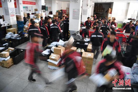 资料图:工作人员分拣快递。<a target='_blank' href='http://www.chinanews.com/'>中新社</a>记者 刘冉阳 摄