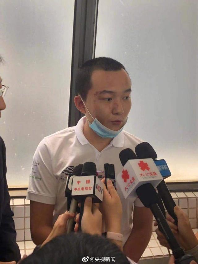 """被暴徒围殴的付国豪已出院,受访时表示""""依然爱香港"""""""