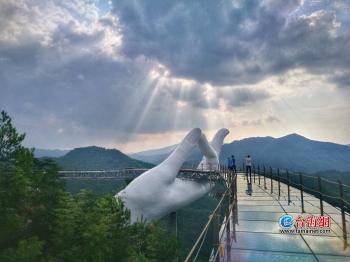 全国首座悬空彩虹仙手桥震撼面世 8.17日试开放
