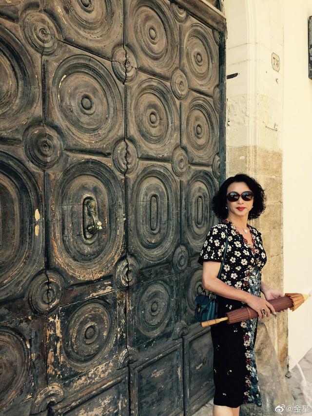 金星52岁生日 老公汉斯为她拍摄游客照