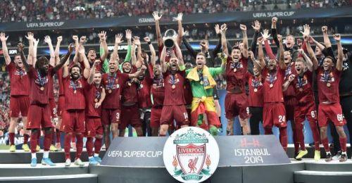 图为利物浦队球员在颁奖仪式上庆祝。