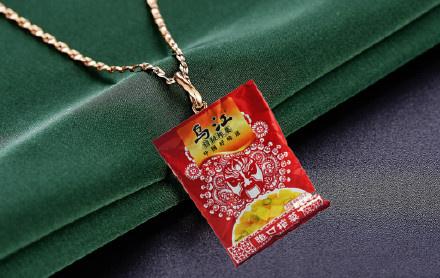 榨菜项链是什么梗?茶叶蛋戒指、五粮液耳环、榨菜项链成新富人标配