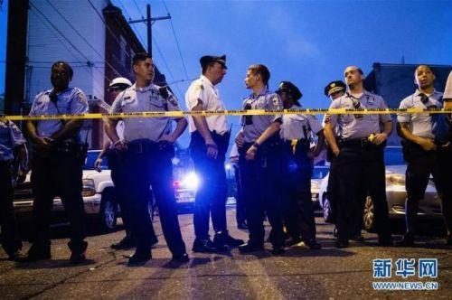 8月14日,在美国宾夕法尼亚州费城,警察们在警戒线旁维持秩序。新华社/美联