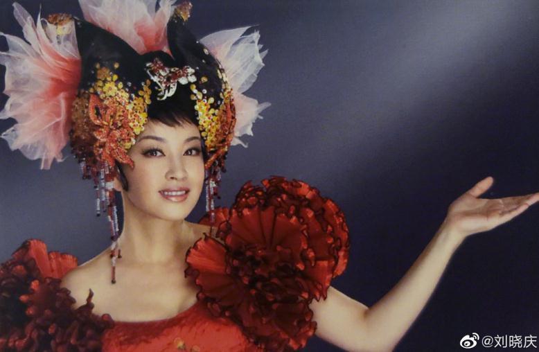 64岁刘晓庆穿西装美出新高度,不料这个细节暴露缺点