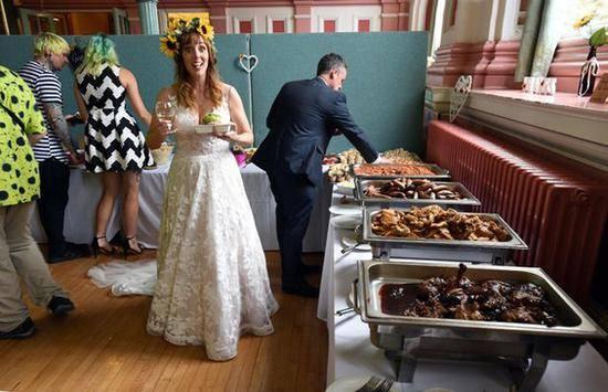 这些原本要被丢弃的食材被重新烹饪成为婚宴