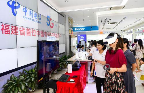 来宾现场体验5G+VR 游戏