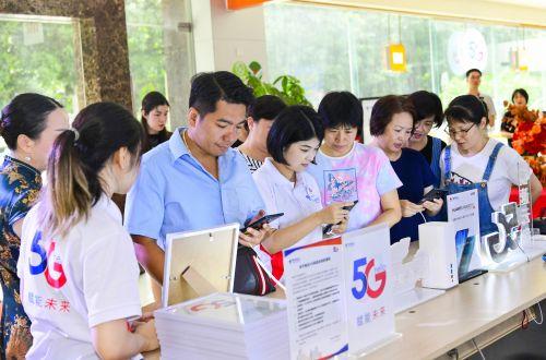 来宾现场体验5G手机0