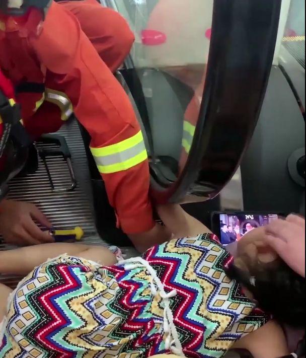 女童手臂卷入扶梯现场触不惊心,女童手臂卷入扶梯详细经过视频