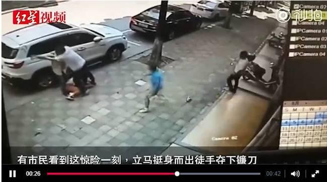 不满妻子起诉离婚男子骑摩托撞飞妻子后持刀追砍 市民空手夺刀救人