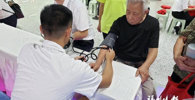 福州:全民健康月 地铁站里办义诊