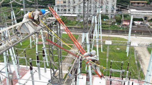 8月16日福建福州供电公司员工张永建和卓晗在220千伏建新变电站开展老旧合成绝缘子带电取样作业