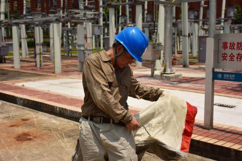 8月16日福建福州供电公司员工张永建在220千伏建新变电站完成老旧合成绝缘子带电取样作业后屏蔽服里的工作服都湿透了