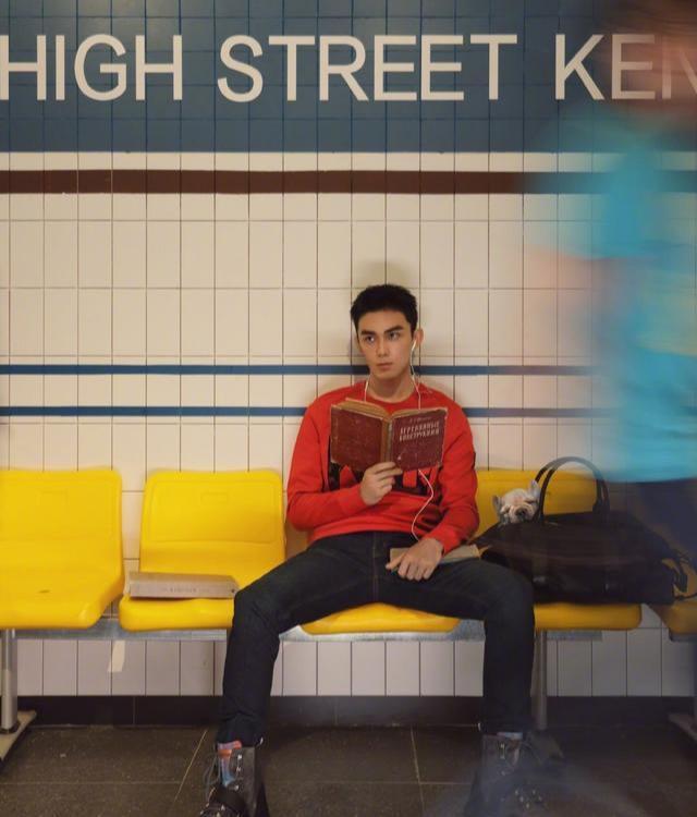 吴磊上班族穿搭,网友喊话吴磊居然坐地铁