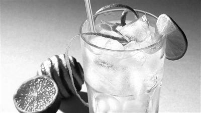 喝两口冰水还中暑昏倒?你没听错 喝冰水可引起中暑