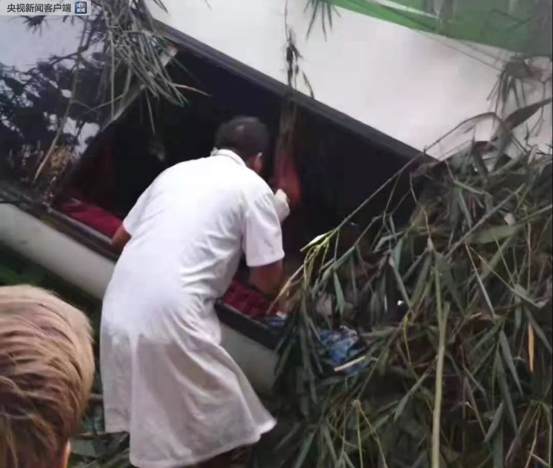 老挝车祸13人遇难 31人被送往多家医院救治