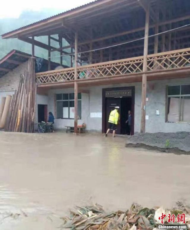 四川芦山遭暴雨:多处道路被冲毁 交通中断
