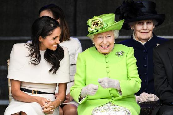 梅根与英女王伊丽莎白二世。(图源:镜报)