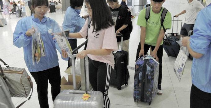 北海道机场拉拢韩国游客:拉大横幅还送点心