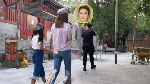 赵薇携女儿进庙烧香疑求转运 9岁小四月气质好