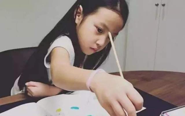 当赵薇女儿撞上李湘女儿,网友:这简直是我见过最惨烈的对比