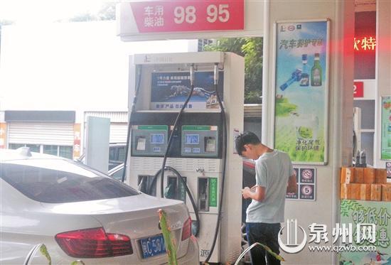 """泉州叫停""""加油區域掃碼支付""""仍有車主加油區內打電話玩手機"""