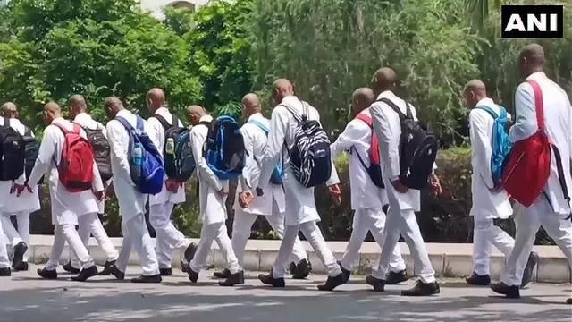 印度校园霸凌多可怕?150名医科学生被迫剃光头