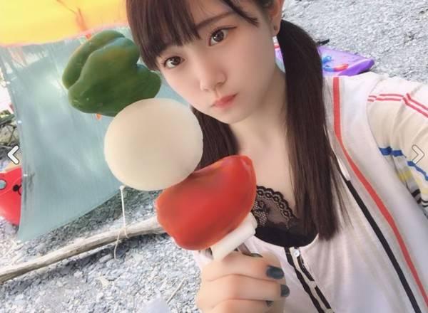 日本女星在河边手持烤串自拍