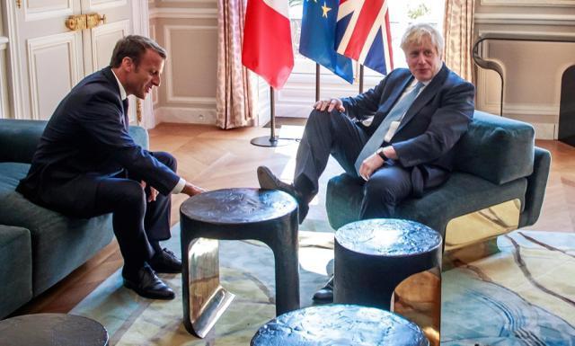 英国首相脚踩桌子怎么回事 当着法国总统的面把脚踩茶几上面