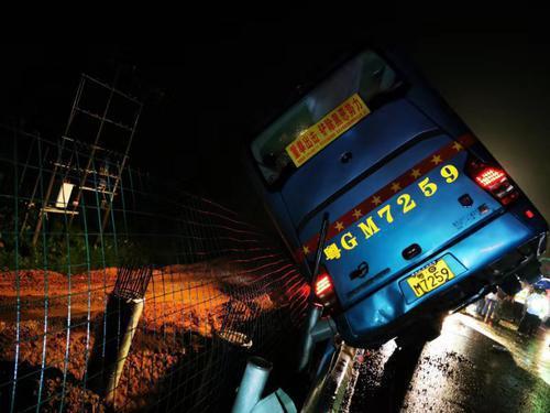 广东大巴高速侧翻 造成7死11伤