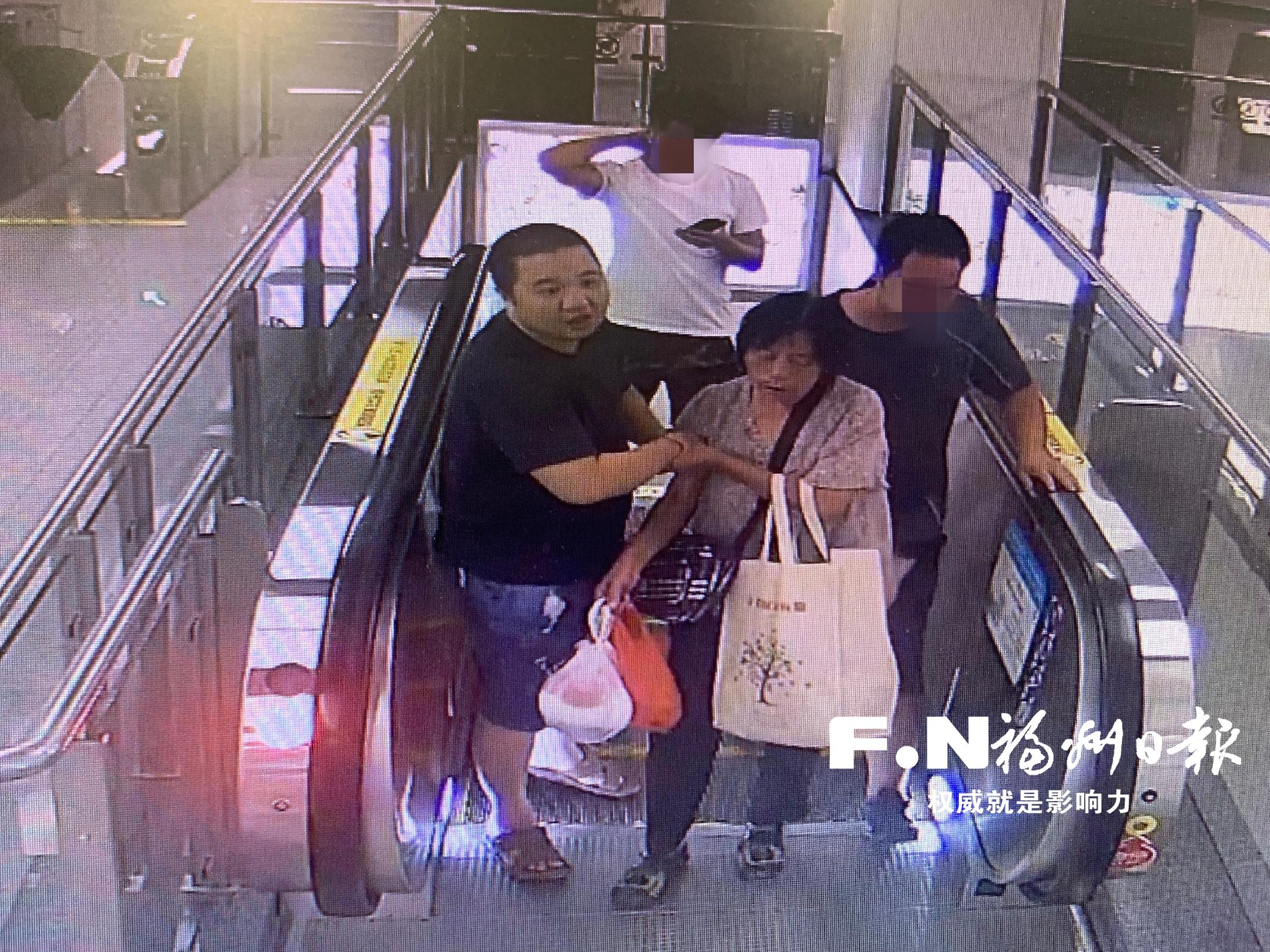 福州七旬老人突发昏厥 地铁内好心市民上演爱心接力