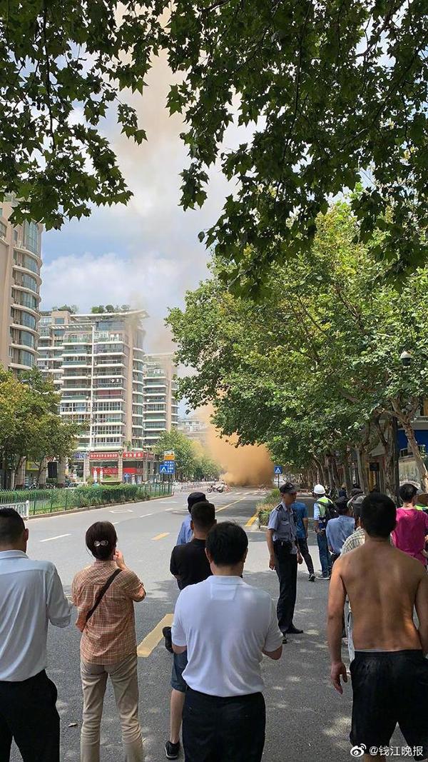 杭州地面坍塌怎么回事?杭州地面坍塌有人受伤吗现场图