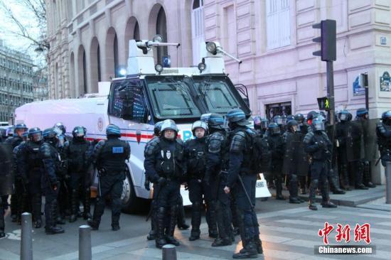 """法国警察消防员饱受暴力之苦 闹事者""""有恃无恐"""""""