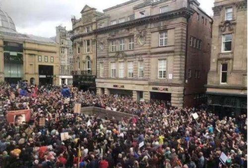 英国30城示威活动什么情况?英国30城为什么爆发示威活动现场图