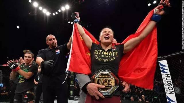 中国UFC首位冠军张伟丽创造新历史 42秒击倒巴西选手夺冠