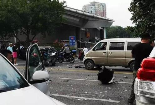 济南闹市10车连撞怎么回事?济南闹市10车连撞现场图伤亡情况如何