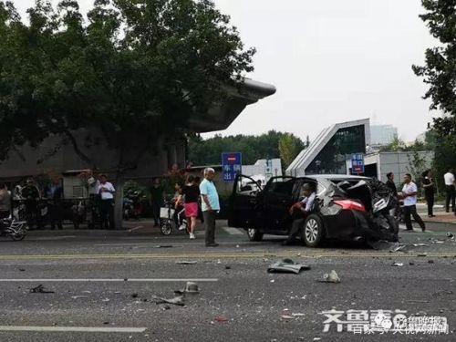 济南闹市10车连撞 货车疑似刹车失灵