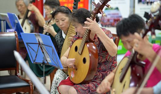 福州依伯依姆组建60人乐团 平均年龄约70岁