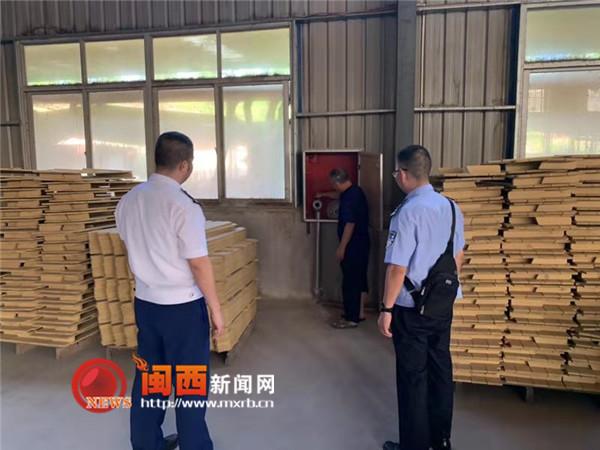 龙岩连城县多部门排查整治竹木加工厂火患