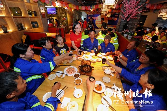 爱心企业邀请福州8名环卫工提前过中秋
