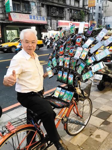 台湾7旬老伯迷上精灵宝可梦 装42支手机抓宝